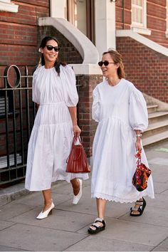 7 Street Style Trends We've Seen All Over London Fashion Week The Best London Fashion Week 2019 Street Style Trends: White Puffy Zara Dress and Puff-sleeve white Simone Rocha Dress. Street Style Trends, Looks Street Style, Spring Street Style, Street Style Dresses, Summer Street, Street Style 2016, Fashion Week, Fashion Outfits, Fashion Trends
