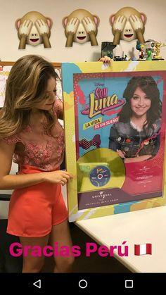 Karol com o disco de ouro de sou luna Spanish Tv Shows, How To Speak Spanish, Sou Luna Disney, Victor Ortiz, New Disney Channel Shows, Riverdale Cast, Son Luna, Disney Stars, Bff Pictures