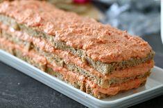 Voileipäkakku kannattaa täyttää vähintään vuorokausi ennen tarjoamista, jotta maut ehtivät tasoittua ja kakku mehevöityä. Nappaa herkullinen ohje! Krispie Treats, Rice Krispies, Tuna, Sandwiches, Food And Drink, Fish, Meat, Desserts, Red Peppers