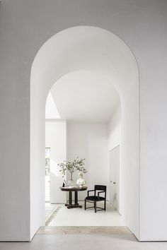 Mandy Graham's 2019 renovation introduced a series of arched doorways that hint at both classical and Art Deco style while giving the space a unifying clarity. #dwell #realestate #modernhomesforsale #manhattanbeach #californiahomes Natural Oak Flooring, Modern Homes For Sale, Neoclassical Architecture, Architecture Interiors, Small Hallways, Curved Staircase, Formal Living Rooms, Art Deco Fashion, Beach House