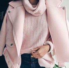 Rosa Millennial em blusão de lã e casaco de inverno