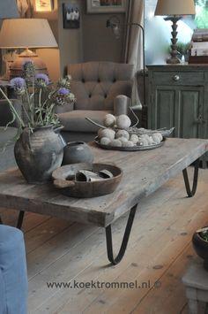 Zeer stoere salontafel met een metalen onderstel.