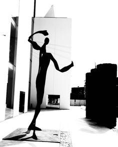 El blanco y el negro la base perfecta para definir las formas. .  #arq #showroom #pepecabrera #pepecabrerastudio #denia #design #interiordesign #architecture #inspiration #arquitectura #decor #designer #homedecor #style #home #decoracion #vsco #interiorismo #vscocam #archilovers #uberkreative #myoklatyle #dinesen #styling #furniture #igersvalencia #styleatmine