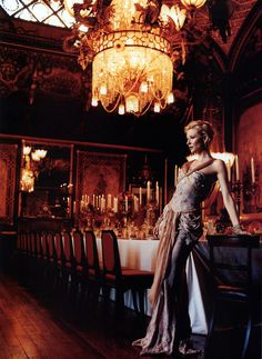 """Kate Blanchett in einem edlen Speisesaal; sehr schön erkennbar, dass Farbigkeit / Licht einen viel harmonischeren Vorder/Hintergrund ergibt, als """"nur"""" Tiefenunschärfe..."""