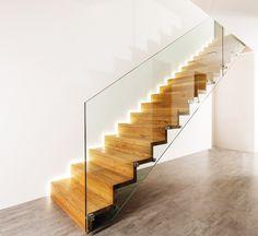 Lomenicové interiérové schodiště Harmonie v provedení Dub s bezpečnostním kaleným sklem.