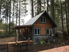 A charming 180 sq ft cabinin Hoodsport, Washington, with scenic views of a neighboroing golf course and of the surrounding wildlife.