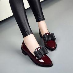 26 tipos de zapatos tan cómodos que quieres tenerlos ahora mismo en tu armario - 26 pares de zapatos con estilo que son cómodos y hermosos. Black Loafer Shoes, Oxford Shoes, Loafers, Leather Shoes, Brogues, Patent Leather, Shoes 2018, Bow Shoes, Shoes Uk