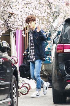 Chen - 150412 SBS Inkigayo, commute Credit: OXO. (SBS 인기가요 출근길)