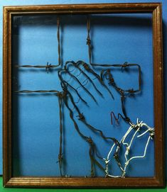 Barbed Wire Art via Etsy Picture Frame Crafts, Old Picture Frames, Old Frames, Antique Frames, Vintage Frames, Picture Wall, Horseshoe Crafts, Horseshoe Art, Horseshoe Ideas