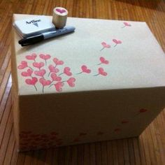 Foto: Selbstgemachtes Geschenkpapier für besondere Geschenke :) Einfach aus einem Korken oder Radiergummi einen Herzstempel schneiden und damit schlichtes Geschenkpapier dekorieren. Sieht toll aus und macht das Geschenk noch persönlicher <3