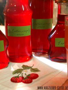 Den Erdbeersommer noch schnell in Gläser abfüllen? Mit selbstgemachtem Erdbeersirup für Erdbeerlimonade geht's. Natürlich auch mit TK-Früchten....