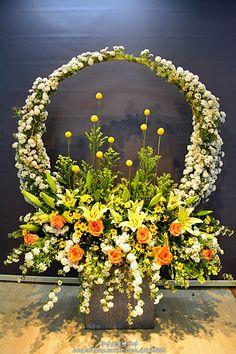 Basket Flower Arrangements, Creative Flower Arrangements, Funeral Flower Arrangements, Beautiful Flower Arrangements, Flower Vases, Floral Arrangements, Beautiful Flowers, Home Flowers, Church Flowers