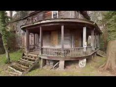 Casa abandonada na floresta com carros antigos