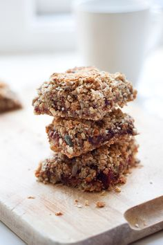 This Healthy Fig & Oat Crumble Bar Recipe is packed full of seedy, oaty, wholegrain & fruity goodness. Tray Bake Recipes, Biscuit Cookies, Recipe For 4, Sugar And Spice, Clean Recipes, Tray Bakes, No Bake Cake, Pastries, Cravings
