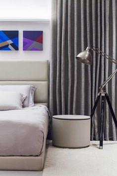 Decoração de um apartamento moderno. No quarto de casal tons neutros, revestimento de madeira, luminária de chão. #decoracao #decor #details #casadevalentina