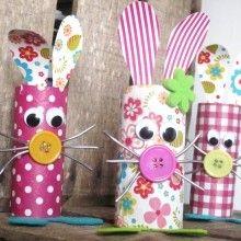 Idée d'atelier Récup à proposer aux enfants pour réaliser de jolis petits lapins de Pâques en matériaux recyclés, être écolo n'a jamais été aussi rigolo!!