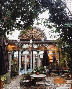 Incredible day shooting at the Kew Gardens (photos up on katcaprice.com)  Popped into this insanely cute pub afterwards for a cheeky Sunday roast. Kew Gardens, Tap on the Line pub.  #travel #pubsoflondon