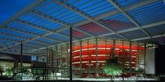 Winspear Opera Binası  MİMARİ: Foster&Partners ve OMA'dan Michel Desvigne  YAPIM YILI:2009  YERİ:Dallas, Teksas, ABD  Tam adıyla Margot ve Bill Winspear Opera Binası 21. yüzyılın mimari karakterini yansıtan bir opera binası. Bunu özellikle en başta belirtmemin nedeni  Winspear Opera Binası'nda tarihi opera binalarının yapısal ve simgesel ögeleri ile mekan kurgularının günümüze başarı ile uyarlanmış.
