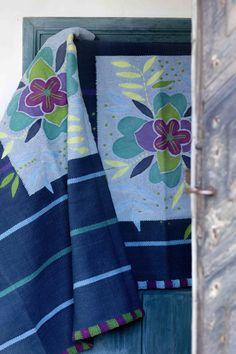 Gudrun Sjödéns Winterkollektion 2014 - Der kleine Teppich Herbarium ist einfach perfekt für kleinere Räume oder Bereiche, die ein bisschen mehr Beachtung verdient haben. Erhältlich in den Farben Natur und Indigo.