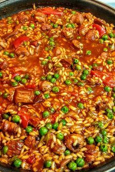 Arroz mar y montaña: cerdo, calamar, verduras y pulpa de pimiento choricero