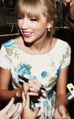 Fun fact: Taylor has a tripod grasp. You're welcome.  Btw, IM IN LOVE WITH HER DRESS HERE.