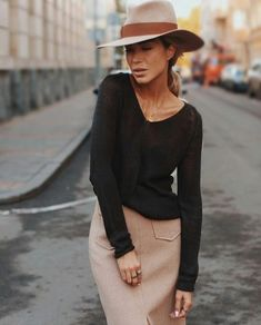 For a woman fashion is like breathing. Its something she can live without. Unfortunately not all women know how to dress. And that's where fashion tips for women comes into play. Outfits With Hats, Mode Outfits, Winter Outfits, Casual Outfits, Fashion Outfits, Womens Fashion, Fashion Trends, Fashion 2017, Fashion Boots