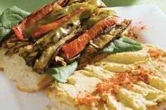 Sándwich ciabatta de hummus con chile dulce y berenjena a la parrilla | Sabores en Linea