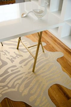 See how @brittanymakes DIYed this faux zebra stripe rug with vinyl and gold leaf pens.