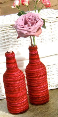 Vasos feitos a partir de garrafas de vidro com barbantes