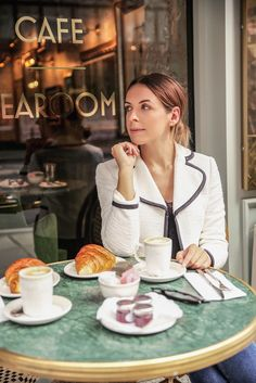 Coffee Girl, Coffee Shop, Coffee Drinks, Coffee Cups, Coin Café, Coffee Meeting, Cafe Pictures, Cafe Tables, Photography Poses Women