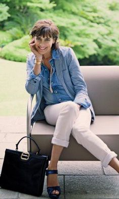 Ines de la Fressange white rolled pants and navy platform sandals with jean shirt and jacket with pearls Preppy Mode, Preppy Style, Her Style, Over 50 Womens Fashion, Fashion Over, Roger Vivier, Jean Paul Gaultier, Casual Chic, Chambray