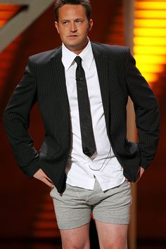 Matthew Perry / Chandler M. Chandler Friends, Friends Cast, Friends Moments, Friends Series, Friends Tv Show, Friends Forever, Chandler Bing, Phoebe Buffay, Hair And Beauty