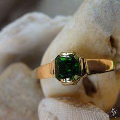 Lesní+studánka+Au+585/1000+prsten+ze+žlutého+zlata+s+přírodním+chromdiopsidem.+Hmotnost+1,72g.+Elegantní+prsten+vhodný+pro+každou+příležitost.+Má+velikost+57,+ale+po+dohodě+se+zákazníkem+je+možné+velikost+upravit+zdarma++/-+3+velikosti.+V+případě+úpravy+velikosti+se+prodlouží+doba+odeslání+o+cca+2+dny.