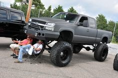 2014-southeast-showdown-and-nopi-nationals-lifted-chevrolet-silverado-front-three-quarters-view