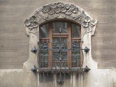 Lodz, Poland: Leopold Kindermann Villa (ulica Wolczanska 31): window (1902-1903, architect Gustav Landau-Gutenteger)