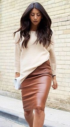 Street style outfit - leather pencil skirt and oversized cream sweater with heels Office Outfits, Mode Outfits, Fall Outfits, Casual Outfits, Fashion Outfits, Outfit Winter, Summer Outfits, Fashion Skirts, Skirt Outfits Modest