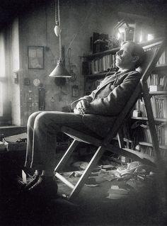 И свет во тьме светит, и тьма не объяла его - Александр Родченко. Портреты,1924. Поэт  Николай  Асеев.