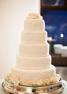 Bolo de casamento clássico todo branco com flores de açúcar ( Bolo: Elisa Castro | Foto: Ana Junqueira )