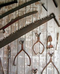 Woodworking Tools Rusted old farm tools make great wall decor inside or outside Antique Tools, Vintage Tools, Vintage Design, Vintage Farm, Vintage Decor, Rustic Decor, Farmhouse Decor, Antique Wall Decor, Rustic Walls