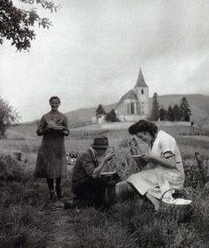 Village de Hunawihr Alsace - Photo Robert Doisneau. Une composition de l'image digne d'un grand peintre classique !