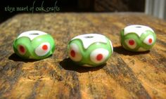 Bead Pattern 9a: Green and red dotted wave bead (reproduction)