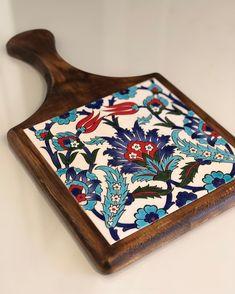 Günaydınnnn💚❤️ #peynirsunumtahtası #chessboard #gelenekseldesenler #çini #çinisanatı #tile #seramik #ceramic #paiting #underglaze #wood #turkey Ceramic Tile Crafts, Ceramic Painting, Wooden Art, Wooden Crafts, Boho Home, Tile Projects, Blue Pottery, Glazes For Pottery, Mosaic Art