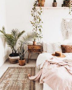 bohemian chic bedroom decor with houseplants Boho Chic Bedroom, Comfy Bedroom, Home Decor Bedroom, Bedroom Ideas, Modern Bedroom, Bedroom Designs, Bedroom Inspo, Gypsy Bedroom, Master Bedroom