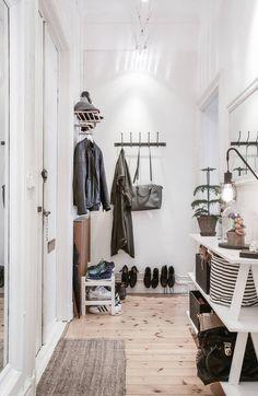 Un table aux pieds ouvragés repeinte de blanc, une suspension à pampilles, des pierres  de parement, une vieille valise... les détails s...