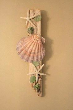 Beach wood and shells decor. Seashell Projects, Driftwood Projects, Driftwood Art, Sea Crafts, Diy And Crafts, Arts And Crafts, Seashell Art, Seashell Crafts, Seashell Bathroom