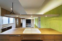 從女性視角出發的「調布の家」,是建築師中山薫的作品。屋屋主期待的空間需求和動線,建築師都充分滿足,並且給予了活潑亮麗的色彩。 via FISH+ARCHITECTS一級建築士事務所