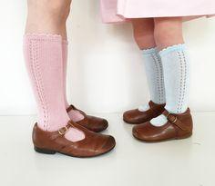 Il ne reste que quelques paires de ces chaussettes #Condor . En blanc rose et ciel. Les prix vont de 3 à 5 selon les couleurs. A l'achat de 3 paires vous en recevez une gratuite. Pensez à préciser en commentaire dans la commande quelle paire gratuite vous désirez ( dans la limite des stocks disponibles je vous donnerai ce que vous choisissez) Chaussures #Beberlis