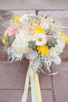 Pastel amarelo e Pink Bouquet | Jessica Little Photography | Retro Candy Shop Anniversary Atirar