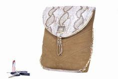 Unikatowa torba do zdań specjalnych. Zaprojektowana z myślą o możliwości przenoszenia niedużego laptopa, lub dokumentów o formacie A4. Do konstrukcji użyto specjalnej pianki o gr. 1cm, dzięki czemu może pełnić funkcję pokrowca.
