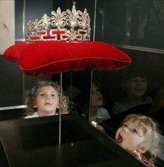 Princess Diana's wedding dress arrives at Museum Center